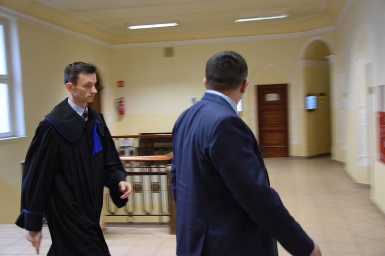 Andrzej K. z adwokatem przed rozprawą w Sądzie Rejonowym w Oleśnie. Były dyrektor jest oskarżony o poświadczanie nieprawdy w dokumentach szkolnych dla