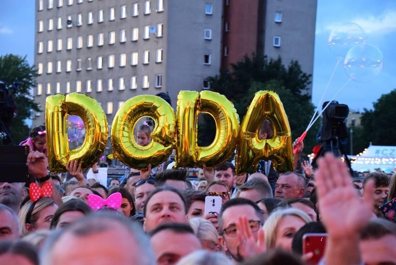 Doda na festiwalu Disco pod Gwiazdami wystąpiła w tęczowej pelerynie. Odważny gest artystki w Białymstoku [ZDJĘCIA] [09.08.2019]