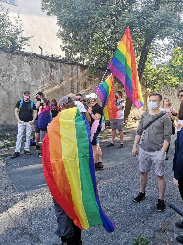 Kraków. Tęczowe flagi na ulicy Szerokiej. Przyszli tu solidarni z działaczką LGBT