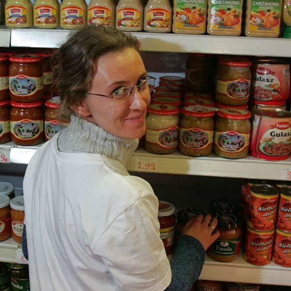 """W jakim mieście pracuje Aleksandra Kaplon? W sieci marketów """"Samo dobro"""" w Dublinie. Można zwątpić, bo całe półki są polskich towarów. Jakie"""