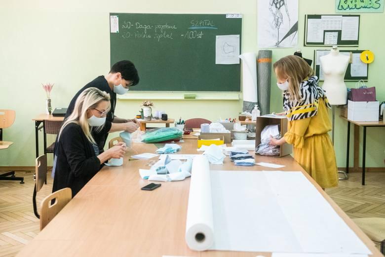 W tym trudnym okresie niektórzy wykorzystują nabyte przez lata umiejętności, by pomóc innym. I tak krawcowe i szwalnie w całej Wielkopolsce rozpoczęły masową produkcję maseczek. Na zdjęciu nauczyciele z Zespołu Szkół Odzieżowych w Poznaniu.<br />