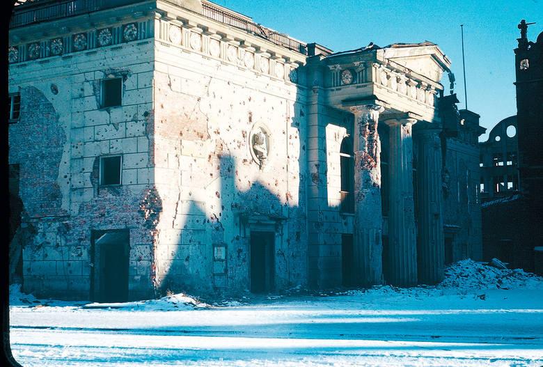 Teatr na Targu Węglowym - wyraźnie widoczne ślady po kulach