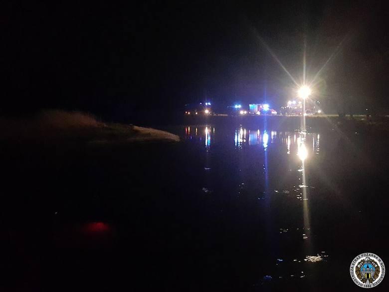 Prawdopodobnie kierowca stracił panowanie nad pojazdem. Na miejsce udały się zastępy straży pożarnej z Nowogrodu i Łomży.