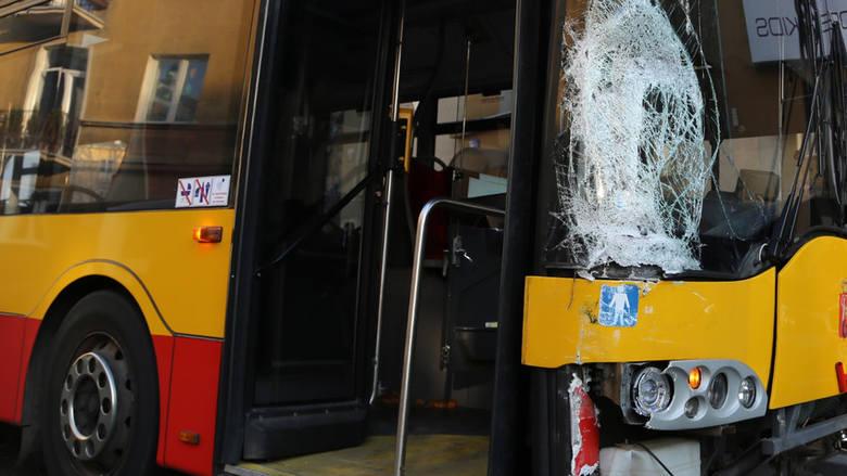 - Około 10.30 doszło do wypadku drogowego przy ulicy Chrobrego pod wiaduktem Kościuszki w Toruniu. Autobus MZK zjechał z wiaduktu w prawą stronę, jadąc