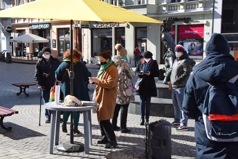 Zielonogórzanki: zamiast kwiatka chcemy pełni praw! Mieszkanki zorganizowały Lubuski Dzień Kobiet bez kompromisów i zbierały podpisy