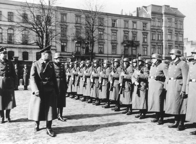 Funkcjonariusze 101. rezerwowego batalionu policji na przeglądzie w Poznaniu<br />