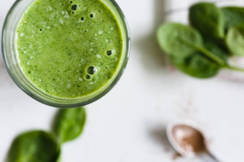 Dzień można zacząć też od zielonego koktajlu, zwłaszcza będąc na diecie. Warto jednak zadbać o to, by był sycący i odpowiednio bogaty w kalorie. Dobrze