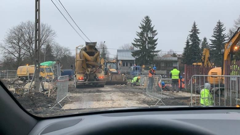 Kraków. Koszmar przy Trasie Łagiewnickiej. Mieszkańcy i auta toną w błocie