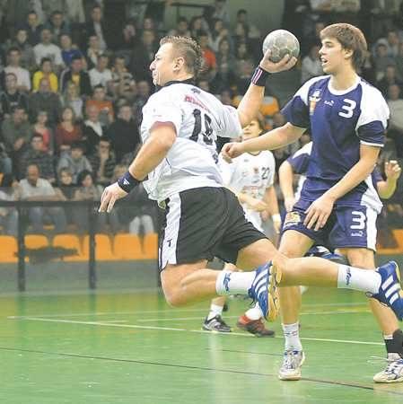 W sobotę obrotowy gorzowian Bartosz Janiszewski (w jasnej koszulce, z piłką) rzucił gdańszczanom pięć bramek. Powtórka w dzisiejszym spotkaniu z kielczanami