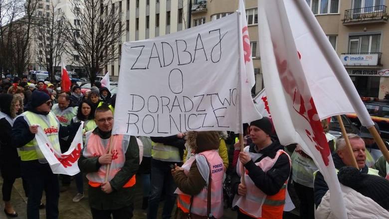 14 marca, w samo południe, kilkuset pracowników ośrodków doradztwa rolniczego protestowało przed siedzibą ministerstwa rolnictwa w Warszawie. Do pikietujących