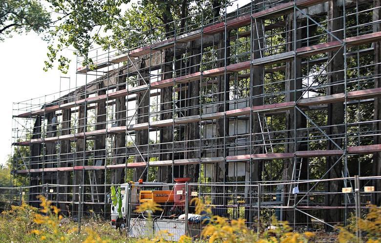 Kraków. Odbudują zniszczone hangary na byłym lotnisku w Czyżynach. Rozpoczęły się prace konserwatorskie [ZDJĘCIA]