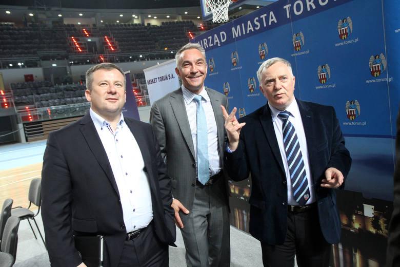 Prezes Twardych Pierników Maciej Wiśniewski z czekiem na 200 tysięcy złotych od miasta.