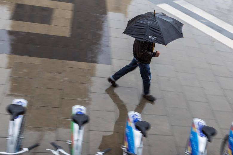 07.09.2017 warszawa warszawa w deszczu deszcz parasolka opady pogoda zimno chlod kaluza zla pogoda deszczowa pogoda parasol jesien nzfot. szymon starnawski