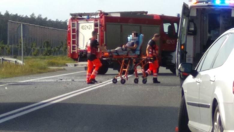 Jedna osoba trafiła do szpitala po wypadku, do którego doszło po południu na drodze krajowej nr 91 pod Ciechocinkiem. Dostawczy opel uderzył tam z dużym