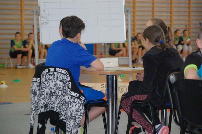 Uczniowie z uwagą i starannością rozwiązywały konkursowe pytania