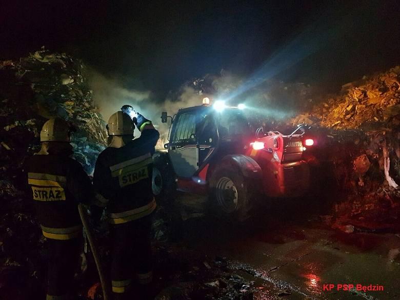 Ogromny pożar gasili strażacy na wysypisku śmieci w Wojkowicach. Do pożaru doszło w miniony piątek przed godziną 21. Pożarem objęta była część pryzmy