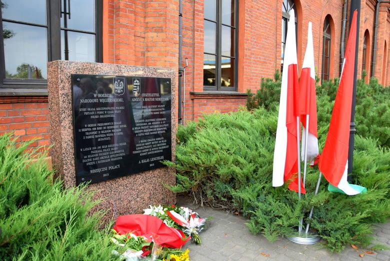 Złożenie kwiatów pod tablicą upamiętniającą przyjaźń i pomoc narodu węgierskiego podczas wojny polsko-bolszewickiej [ZDJĘCIA]