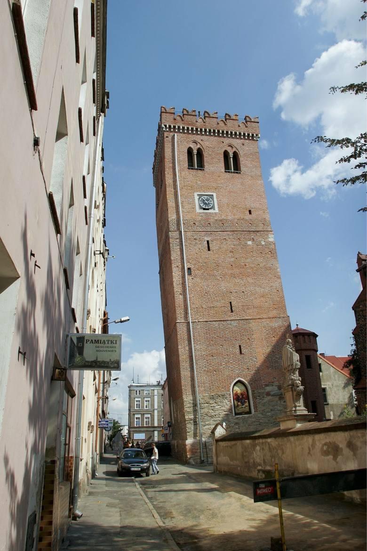 Ten średniowieczny budynek jest najwyższą krzywą wieżą w Polsce.  Jej wysokość wynosi 34 m, natomiast obecne odchylenie od pionu - 2,14 m. Jej pochodzenie