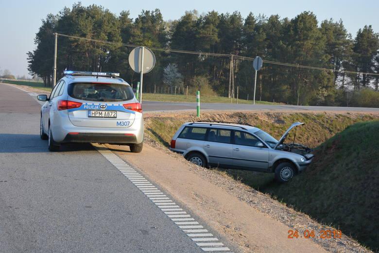 Moczydły: Wypadek samochodu osobowego. Nieletni kierowca wjechał do przydrożnego rowu [FOTO]