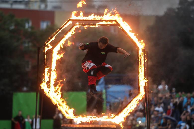 Przez cały weekend, obok stadionu Resovii w Rzeszowie, trwa impreza Extreme Cascaders Temat 2019, czyli połączenie pokazów kaskaderskich z elementami