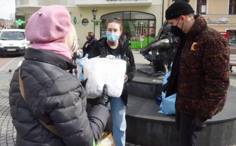 We wtorek 13 kwietnia o godz. 16.00 rozpoczęła się kolejna akcja rozdawania mieszkańcom maseczek ochronnych. Przy pomniku Bachusa na deptaku pojawiło