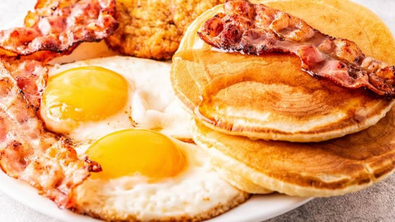 Typowe śniadanie w Stanach Zjednoczonych różni się w zależności od regionu. Najczęściej Amerykanie jedzą posiłek złożony z jajek, bekonu lub płatków