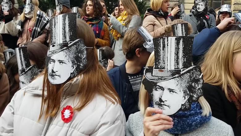 Licealiści VI LO im. Ignacego Paderewskiego maszerowali ulicami Poznania, aby uczcić patrona szkoły.