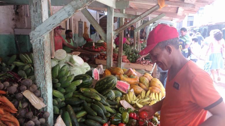 Targ przy calle Habana i Velazco, jeden z najlepiej zaopatrzonych w Hawanie. Stragany uginają się od owoców i warzyw