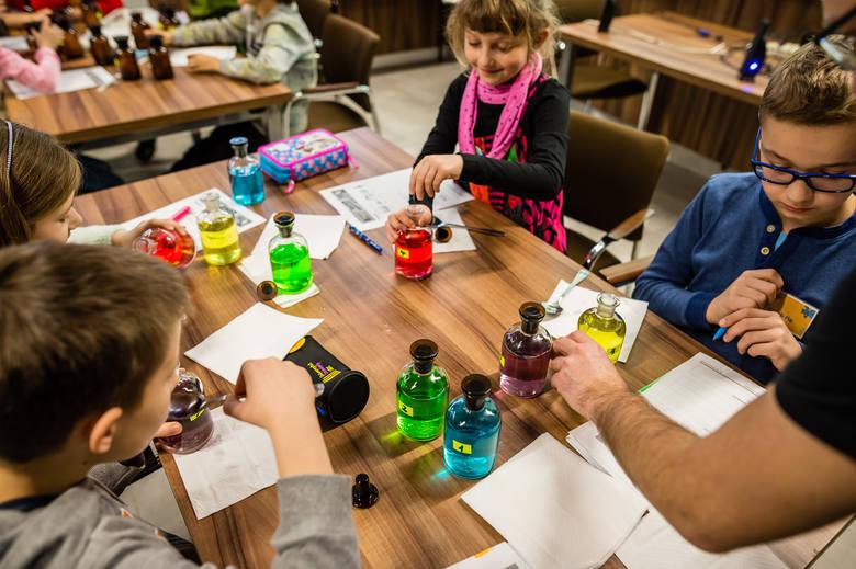 Mali studenci odbywają zajęcia z różnych dziedzin