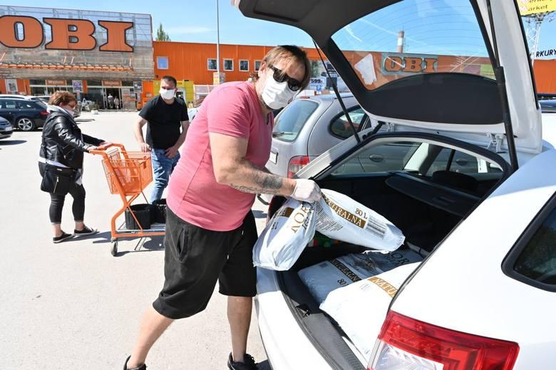 Sądząc, po zapełnionych samochodami parkingach, śmiało można wysnuć tezę, że mnóstwo ludzi rozpoczęło w swoich domach remonty. W sobotę, 9 maja wybraliśmy