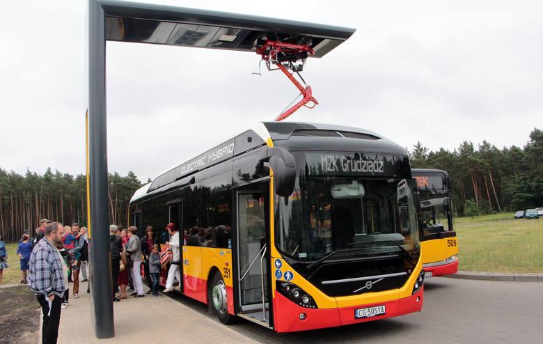 Siedem nowych autobusów hybrydowych marki Volvo jeździć będzie po ulicach Grudziądza. Ich dostawca zamontował w mieście także dziewięć stacji ładowania.Flesz