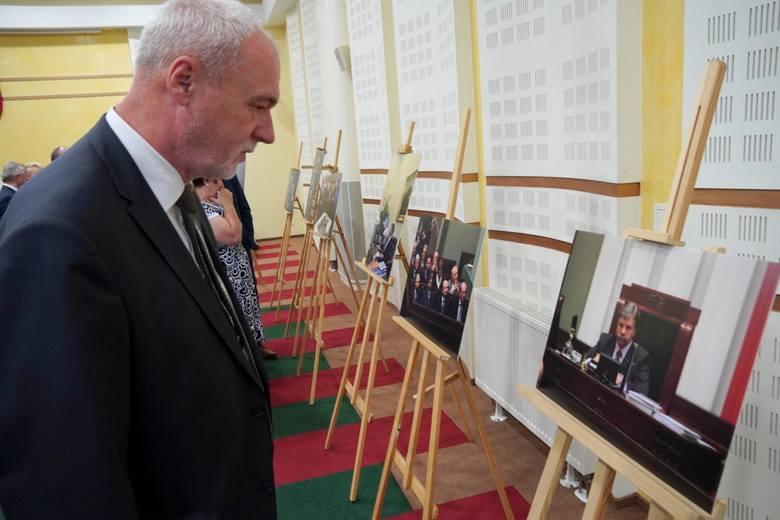 Tablicę ku czci Krzysztofa Putry przed salą obrad sejmiku województwa podlaskiego odsłonił jego syn, radny miejski Sebastian Putra
