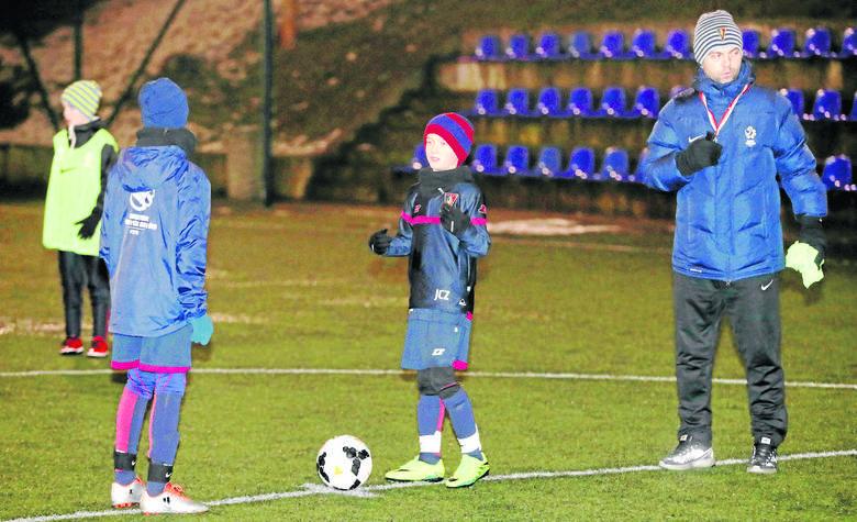 Akademia Piłkarska Pogoni Szczecin może być wkrótce za mała dla Jacka Czaplińskiego (w środku). Trzymamy kciuki za naszego wychowanka. Z prawej szkoleniowiec młokosa w AP Pogoni, czyli Tomasz Bielecki.
