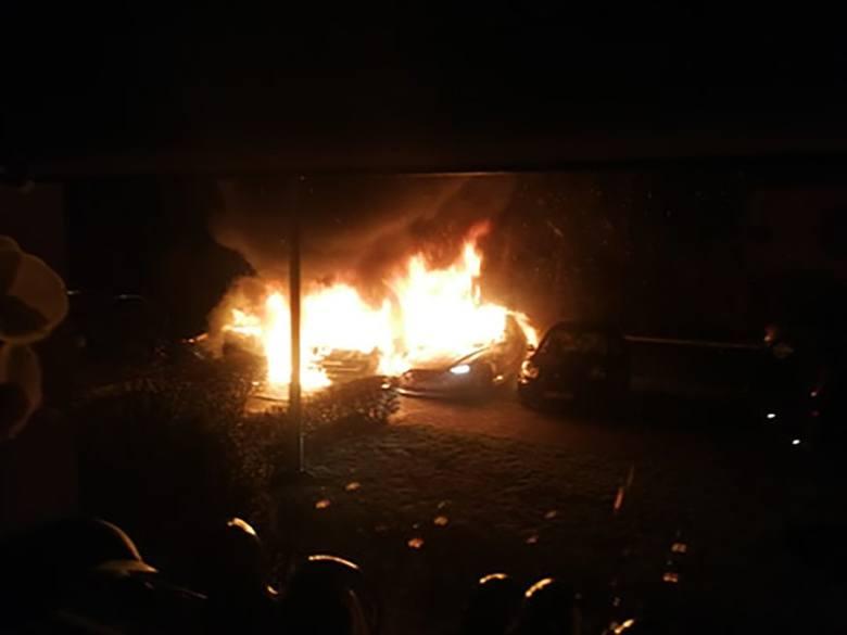 4 marca, na ul. Bananowej nocą spłonęło pięć samochodów. Na miejsce zostali wezwani strażacy.