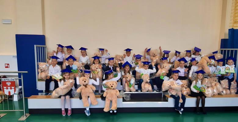 Za nami druga w gminie Ciepielów uroczystość pasowania uczniów klasy pierwszej. Tym razem wydarzenie odbyło się w Szkole podstawowej w Ciepielowie.Zachowując