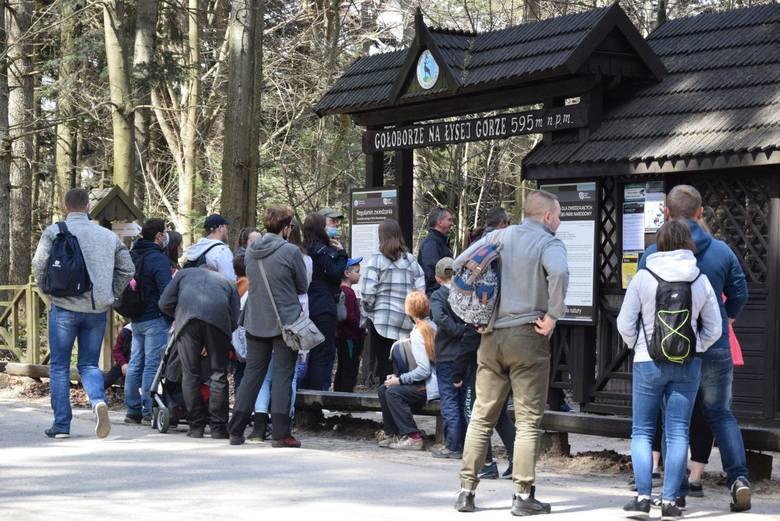W niedzielę, 11 kwietnia setki ludzi zjechały na Święty Krzyż. Turyści tłumnie korzystali z okolicznych szlaków, życiem tętnił także Świętokrzyski Park