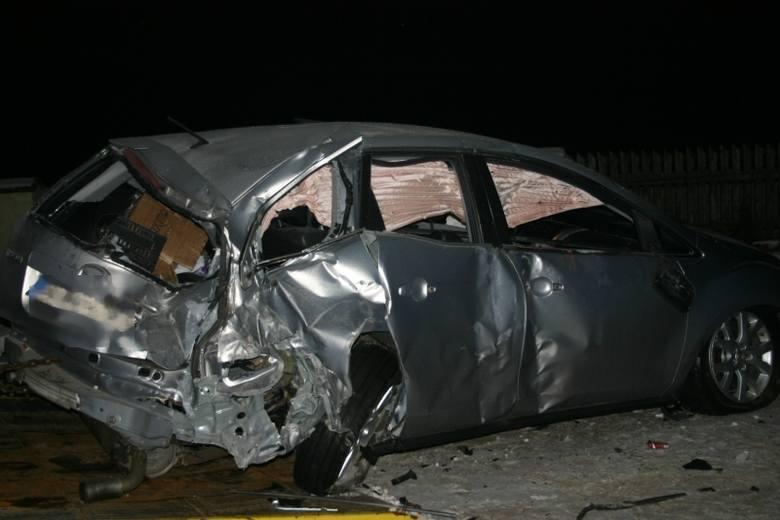 Samochód kompletnie skasowany. Kierowca się ulotnił  [FOTO]