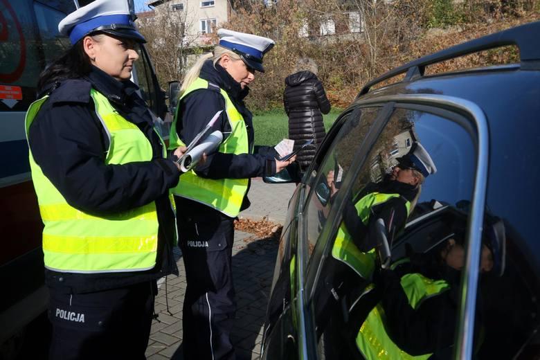 """W ramach akcji """"Trzymaj się prawego pasa"""" funkcjonariusze sprawdzają, jak kierowcy stosują się do podstawowej zasady: jazdy po prawej stronie drogi."""