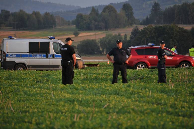 Policja i straż wciąż ustalają tożsamości ofiar. Okoliczności tragedii będzie badała m.in. Komisja Badania Wypadków Lotniczych.