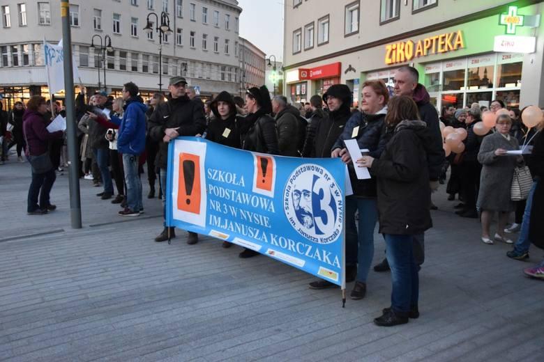 Kilkaset osób przyszło w poniedziałek wieczorem na Plac Wolności w Opolu, by po raz kolejny pokojowo wesprzeć strajkujących nauczycieli.