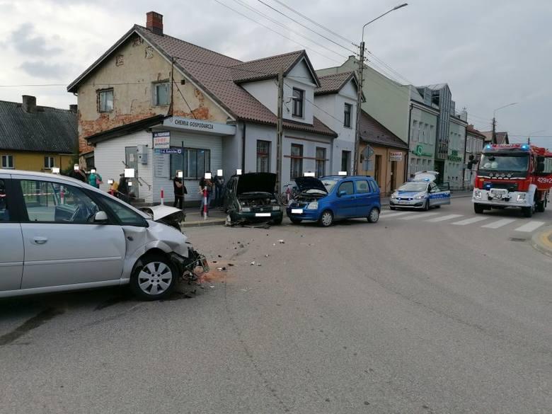 Szczuczyn. Wypadek z udziałem trzech samochodów na skrzyżowaniu Placu 1000-lecia z Kościelną. Jedna osoba ranna [ZDJĘCIA]