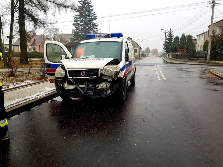 Wypadek w Knyszynie. Ambulans zderzył się z volkswagenem