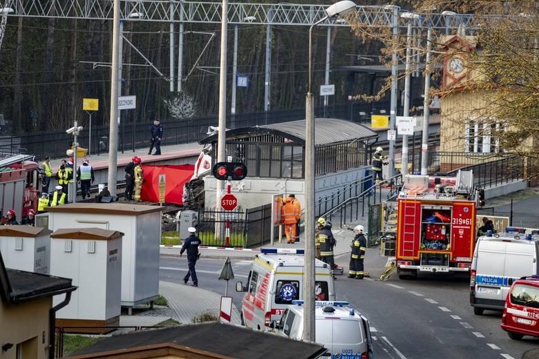 Śmierć na miejscu poniósł 30-letni lekarz oraz 42-letni ratownik. Kierowca jest w stanie ciężkim z licznymi obrażeniami.
