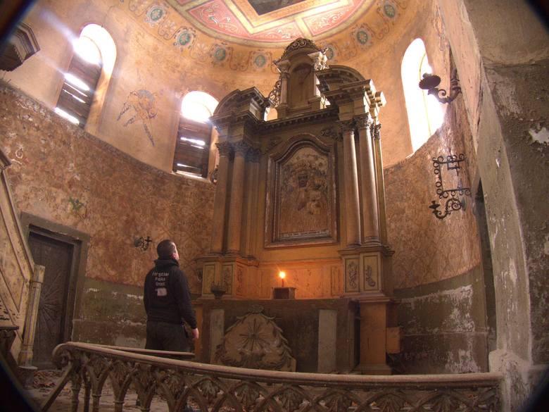 Kościół w Grzymałkowie stoi opuszczony już pół wieku. Obecnie najczęściej odwiedzają go nie wierni, a młodzi ludzie, którzy urządzają sobie na terenie