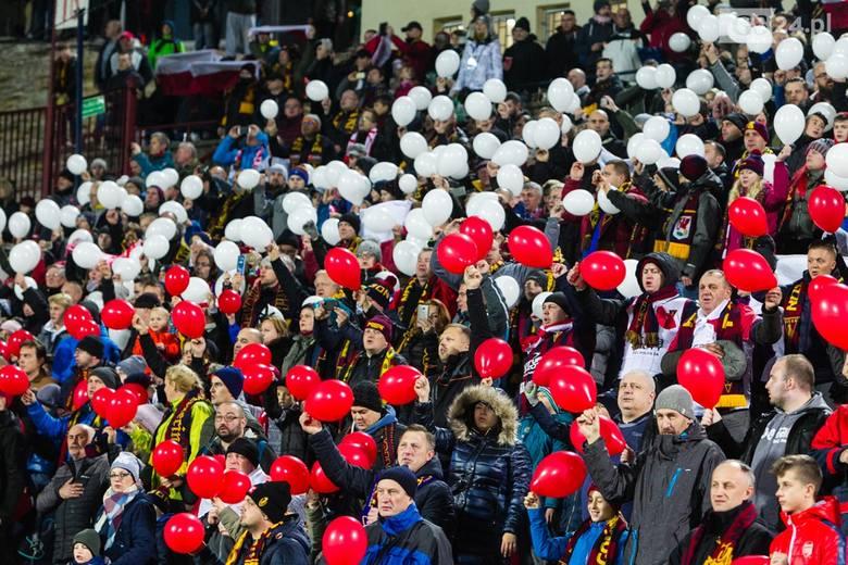 W sobotę Pogoń Szczecin pokonała Legię Warszawa 2:1. Na trybunach stadionu przy ul. Twardowskiego zasiadło ponad 13 tysięcy kibiców! Przed meczem odśpiewano