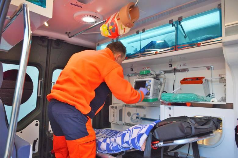 Wojskowi ratownicy z Opola wspierają pogotowie ratunkowe.