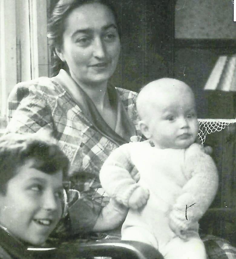 Irena Przelaskowska z synami: Krzysiem i Marcinem w mieszkaniu we Wrzeszczu<br />