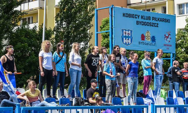 Kibice KKP mają powody do radości, bo bydgoskie piłkarki rozpoczęły I-ligowy sezon od wygranej w Olsztynie 2:0. Fot. Dariusz Bloch