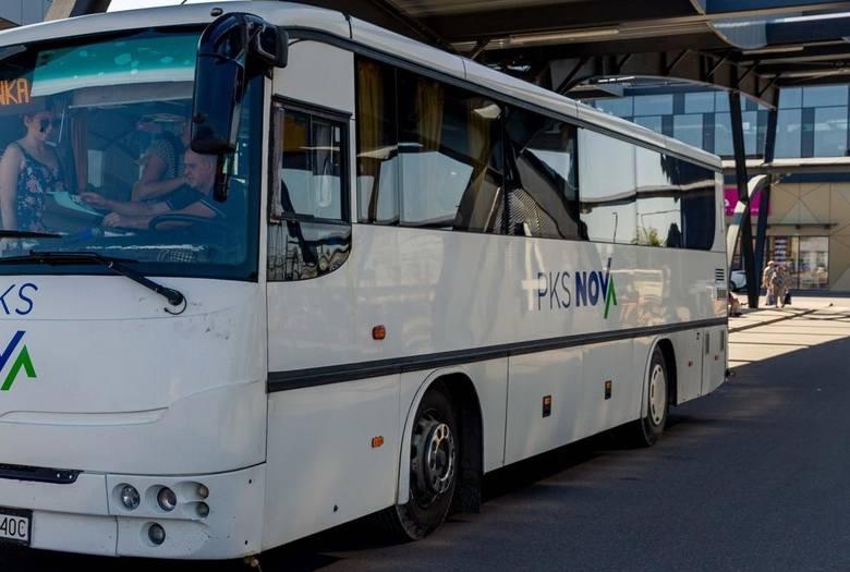 W powiecie makowskim połączenia autobusowe realizowane są przez firmę Sanimax Transport. Od 1 września również przez firmę DB Trans.