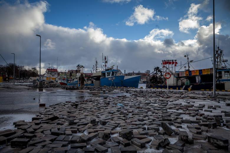 Zniszczenia po sztormie Alex w Ustce